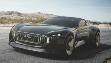 """Se il futuro del design automobilistico è quello che vediamo all'annuale Pebble Beach Concours d'Elegance, non può arrivare abbastanza presto. Martedì Audi ha rivelato il suo nuovo concept per la Monterey Car Week. Si chiama Audi skysphere e ha un aspetto assolutamente sbalorditivo, probabilmente anche meglio dell'Audi R8. È anche autonomo di livello 4 e può variare il suo passo a seconda della modalità in cui stai guidando. Inizieremo con quell'informazione selvaggia. L'Audi skysphere avrà due modalità, una modalità autonoma Grand Touring e una modalità Sport, guidata dall'uomo. Quando entra in modalità a guida umana, il cofano, i parafanghi e le ruote anteriori si contraggono di 9,8 pollici per accorciare efficacemente il passo della skysphere da quello dell'Audi A8 a quello della più piccola RS5 Coupé. Si abbassa anche di mezzo pollice e i comandi di guida come il volante e i pedali si aprono. Secondo Audi, mentre questo è solo un concetto, prevede un futuro che è a pochi anni, non decenni, di distanza. L'elegante decappottabile (che offre un tettuccio in tessuto per i giorni di pioggia) ricorda il concept Mercedes-Maybach di Pebble alcuni anni fa, in quanto entrambi sembrano splendidi e lunghi circa 20 piedi. L'ispirazione visiva per la skysphere è venuta dalla roadster Horch 853 degli anni '30, che ha vinto anche il Concours d'Elegance a Pebble Beach nel 2009. Ma Audi afferma che l'ispirazione era limitata alle dimensioni e alle proporzioni. La Skysphere non presenta l'otto cilindri in linea da 5,0 litri di Horch. Invece è un veicolo elettrico, come previsto, e nasconde la maggior parte delle sue batterie dietro il conducente mentre il 30% delle celle si trova nel tunnel centrale. Il concetto produce 624 CV e 553 Nm di coppia da un singolo motore sull'asse posteriore. Va bene per uno sprint di 4 secondi a 62 mph, """"se necessario"""". Pesa circa 4.000 libbre, il che non è leggero, ma non è nemmeno pesante come molti nuovi veicoli elettrici. Audi afferma che la capac"""