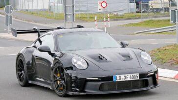 La Porsche 911 GT3 RS 2023 avrà un'aerodinamica ancora più aggressiva (foto spia)