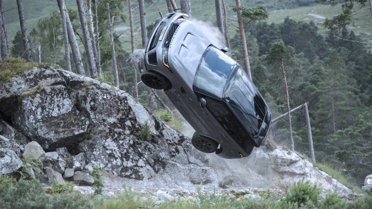 Range Rover Sport SVR si prepara all'impatto nel nuovo estratto dal film di James Bond